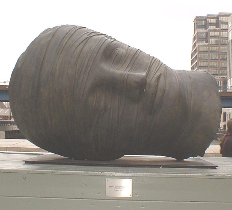 Testa Addormentata posizionata in Canada Square, Canary Wharf, Londra